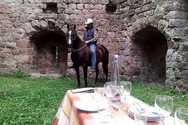Combine gastronomy and horseback trail in France