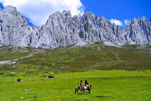 Holidays on horseback to the Tagong Festival in Tibet China